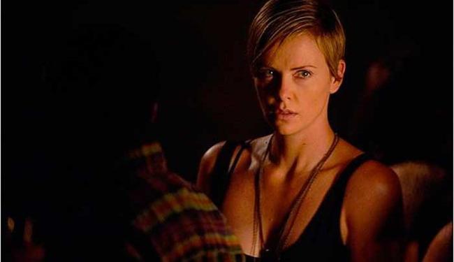Libby Day (Charlize Theron) é uma mulher traumatizada pelo assassinato de toda a sua família - Foto: Divulgação