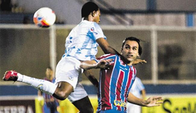 Léo Gamalho, em dia apagado, tenta ganhar, sem sucesso, jogada diante da defesa do Macaé - Foto: Rui Porto Filho l Agência O Globo