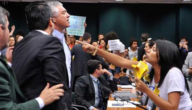 Houve bate-boca e empurra-empurra e a sessão foi interrompida - Foto: Rodrigues Pozzebom/Agência Brasil