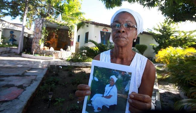 Mary com a foto da religiosa falecida no último dia 1º - Foto: Joá Souza | Ag. A TARDE | 11.06.2015