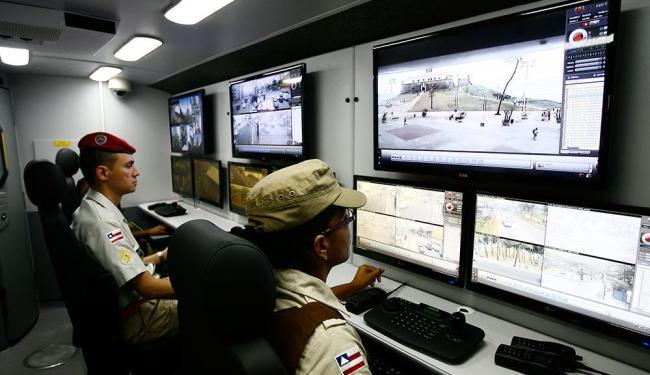 Policiais acompanham em tempo real a movimentação nas ruas por meio da monitoração eletrônica - Foto: Marco Aurélio Martins | Ag. A TARDE | 1º.10.2014