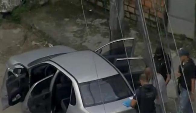 Corsa Sedan de cor prata estava parado na rua Clériston Andrade - Foto: Reprodução l TV Bahia