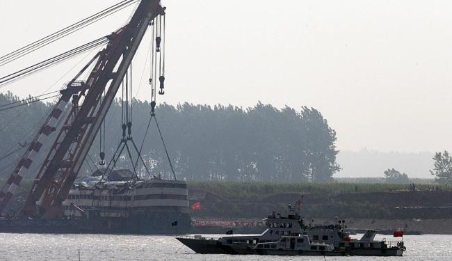 Barco da Marinha local faz resgate dos corpos - Foto: AP Photo