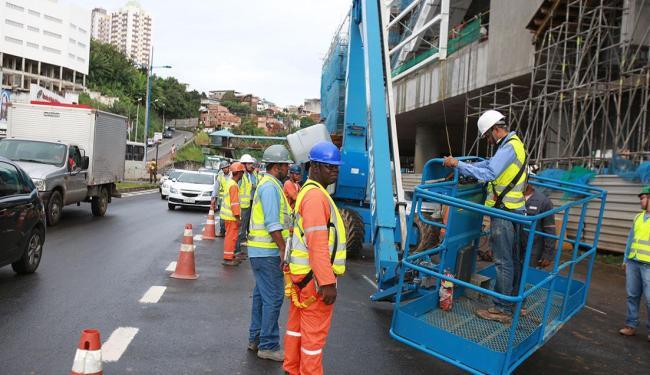 O equipamento está no meio da pista impedindo a passagem dos veículos - Foto: Joá Souza | Ag. A TARDE