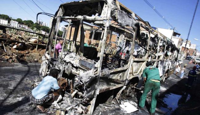 Ônibus queimado na manhã desta quinta-feira, 11 - Foto: Luciano da Matta | Ag. A TARDE