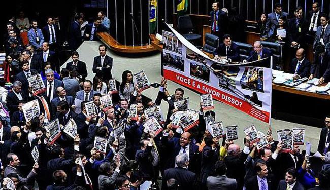 Os parlamentares se enfileiraram atrás da Mesa Diretora presidida por Cunha - Foto: Luis Macedo | Câmara dos Deputados
