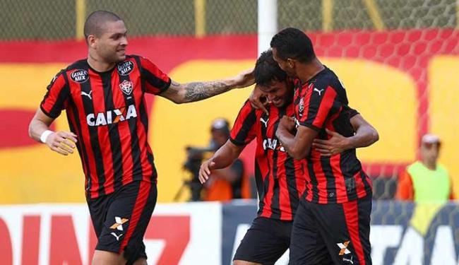 Pedro Ken comemora o primeiro gol do Vitória junto dos companheiros - Foto: Eduardo Martins | Ag. A TARDE