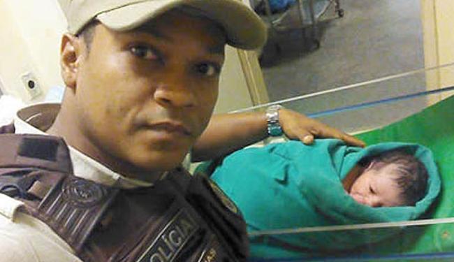 O bebê foi encontrado dentro de um saco em Camaçari - Foto: Divulgação | PM