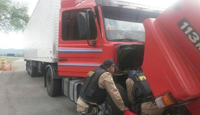 Agentes da PRF vistoriam a Scânia, com placa de MG - Foto: Reprodução | Facebook | PRF Bahia