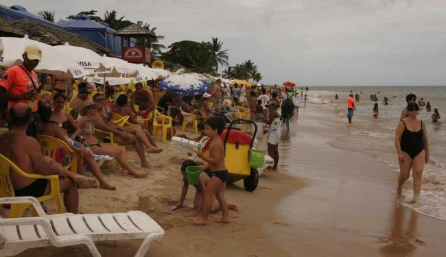 Turista comprou empada na praia - Foto: Joa Souza | Ag. A TARDE Data: 30/12/10