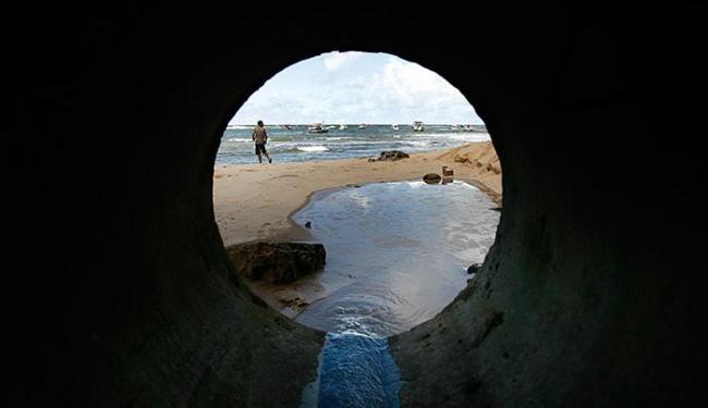 Esgoto deságua de manilha na Praia do Forte - Foto: Raul Spinassé | Ag. A TARDE