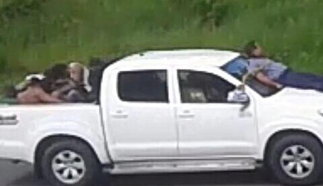 Seguranças foram amarrados no capôs de dois carros usados na fuga dos bandidos - Foto: Cidadão Repórter | Via WhatsApp