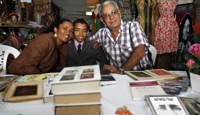 Menino recebe doações até dia 30 no Mercado de Arte Popular, no centro de Feira - Foto: Luiz Tito   Ag. A TARDE   03.06.2015