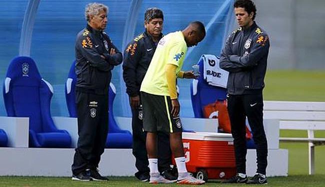 O jogador sentiu dores no joelho durante o treino de quarta - Foto: Ag. Reuters