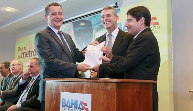 Rui Costa e Neto exibem o documento de autorização - Foto: Carol Garcia l Govba