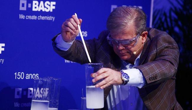 Rui Geock faz demonstração de químicos e sustentáveis da Basf durante inauguração da fábrica - Foto: Lúcio Távora | Ag. A TARDE