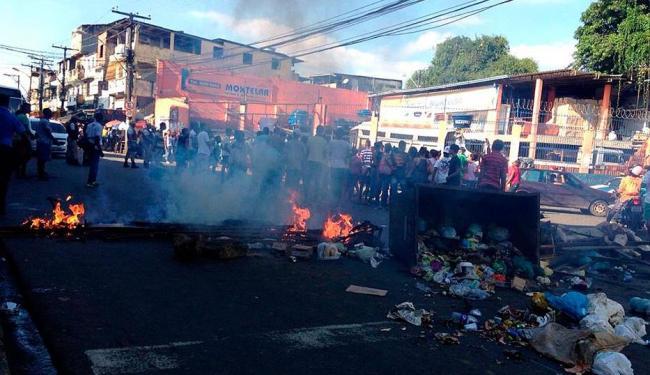 Moradores atearam fogo em objetos e lixo, deixando a via totalmente bloqueada - Foto: Flávio Gomes   Foto do leitor   Twitter