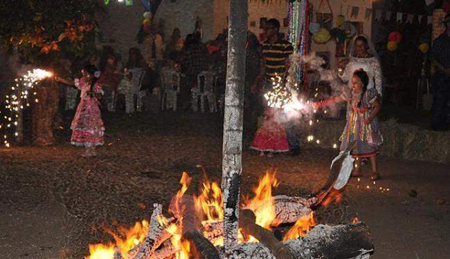 Crianças brincam com fogos de artifício ao redor de fogueiras nos festejos públicos no município - Foto: Marcus Vinicius l Divulgação l 23.06.2014