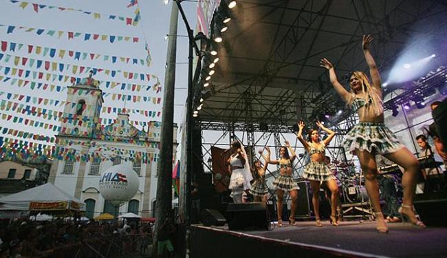 O grupo Canários do Reino reuniu uma multidão durante a apresentação no largo do Terreiro de Jesus - Foto: Raul Spinassé l Ag. A TARDE
