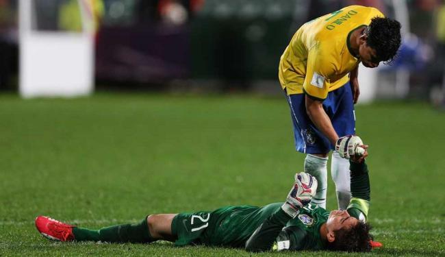 Danilo consola goleiro Jean após derrota na prorrogação - Foto: David Rowland | AP Photo
