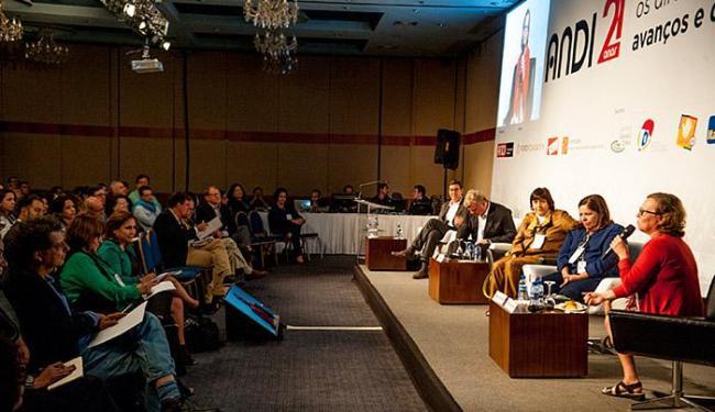 Jornalista Âmbar de Barros fala na abertura do seminário