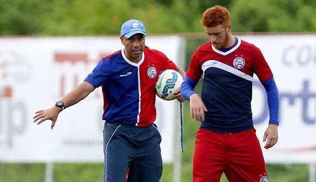 Soares passa instruções para Souza, que será titular no jogo de sexta - Foto: Divulgação   E.C.Bahia