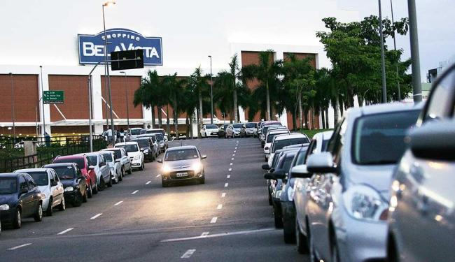 Shopping teve vagas lotadas e motoristas estacionaram em ruas próximas - Foto: Raul Spinassé | Ag. A TARDE