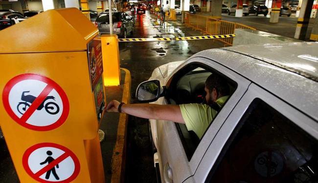 A Sucom informou que a decisão sobre cobrança de estacionamentos não será cumprida de imediato - Foto: Eduardo Martins   Ag. A TARDE