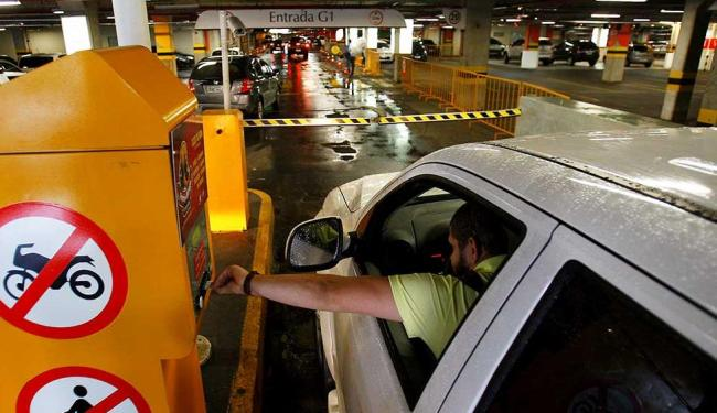 Homem entrando no estacionamento do Salvador Shopping - Foto: Eduardo Martins | Ag. A TARDE