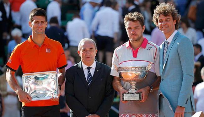 Guga (D) entrega troféu de campeão a Wawrinka, que superou Djokovic na final - Foto: Vincent Kessler l Reuters