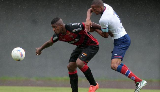 No estadual sub-20 deste ano, o Vitória levou a taça ante o Bahia - Foto: Lúcio Távora | Ag. A TARDE | 1.5.2015