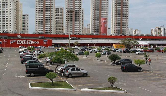 Troca de tiros aconteceu no estacionamento do Extra Paralela - Foto: Joá Souza | Ag. A TARDE