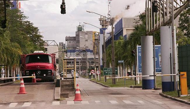 A unidade da Suzano, em Mucuri, produz 250 mil toneladas de papel e 1,5 mi de toneladas de celulose - Foto: Joá Souza l Ag. A TARDE l 15.6.2010