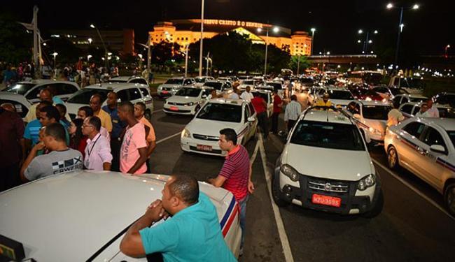 Taxistas protestaram contra o ataque ao segundo taxista morto em serviço em 15 dias na RMS - Foto: Erik Salles l Ag. A TARDE