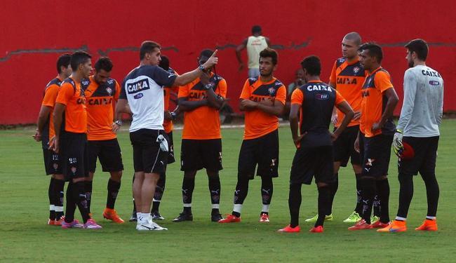 O técnico Vagner Mancini reúne os titulares e dá dicas de como bater o ABC - Foto: Eduardo Martins | Ag. A TARDE