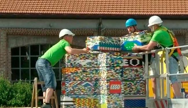 As crianças montaram as peças, mas os adultos foram quem ergueram as torres - Foto: Reprodução