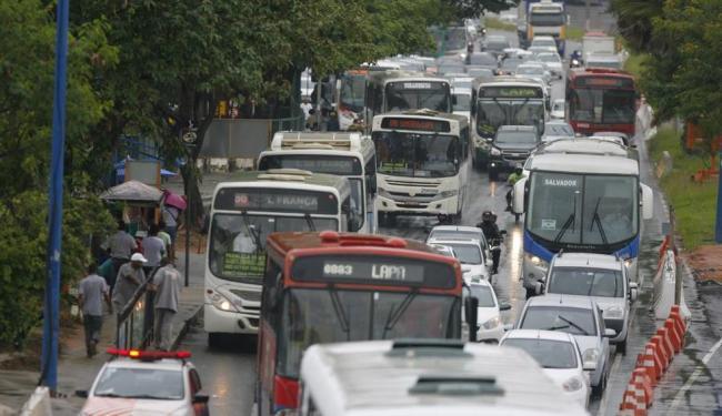 O trânsito travou nas principais vias da capital - Foto: Joá Souza   Ag. A TARDE   08.06.2015