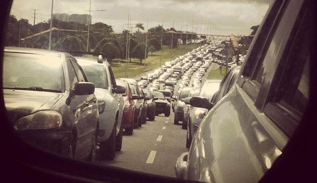 Avenida Paralela ficou travada na manhã desta segunda - Foto: Vanessa Bonin | Cidadão Repórter
