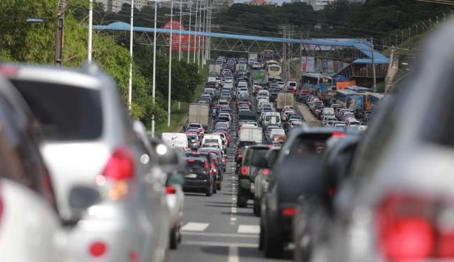 Dirigir na avenida paralela foi complicado nesta manhã - Foto: Joá Souza | Ag. A TARDE