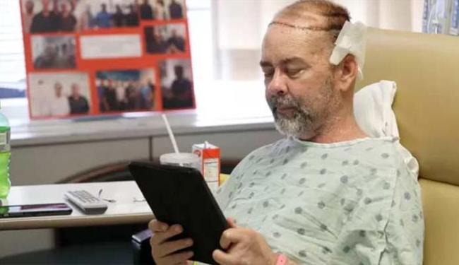 Homem passou por cirurgia de mais de 15 horas e passa bem - Foto: AP Photo