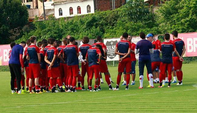 Soares conversa com atletas antes de treino no Fazendão - Foto: Margarida Neide | Ag. A TARDE