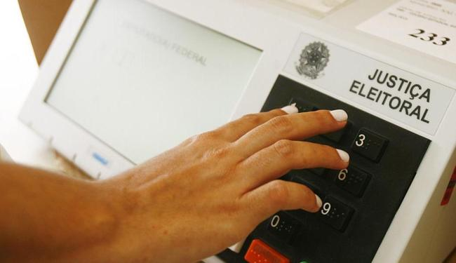 Manteve-se na Constituição o voto e o alistamento eleitoral obrigatórios para os maiores de 18 anos - Foto: Iracema Chequer   Ag. A TARDE   Arquivo