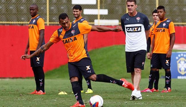 Sob os olhares do técnico Vagner Mancini, o atacante Élton treina finalizações na Toca do Leão - Foto: Eduardo Martins | Ag. A TARDE