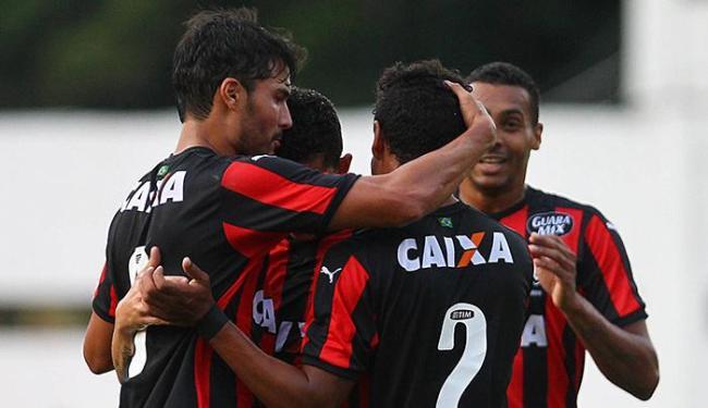 Pedro Ken agradece a Diogo Costa o passe preciso para o primeiro gol do Vitória - Foto: Eduardo Martins | Ag. A TARDE
