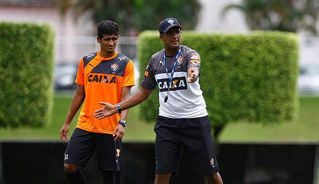 Wesley Carvalho dá instruções a Ramon, que segue titular. Na terça, em casa, é o dia da redenção - Foto: Eduardo Martins l Ag. A TARDE l 26.05.2015