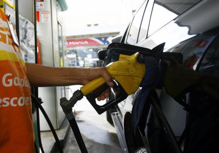 O custo da gasolina para o consumidor final pode cair 2,4%, ou R$ 0,09 por litro, em média - Foto: Joá Souza | Ag. A TARDE