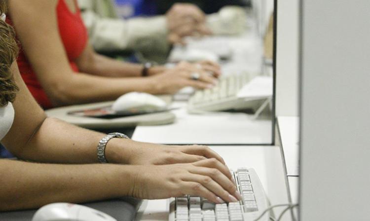 A renda média da mulher corresponde a 58% da recebida pelo homem - Foto: Welton Araújo | Ag. A TARDE | 26.04.2007