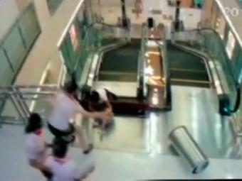 Mulher empurrou filho para evitar que ele caísse em escada rolante - Foto: Reprodução