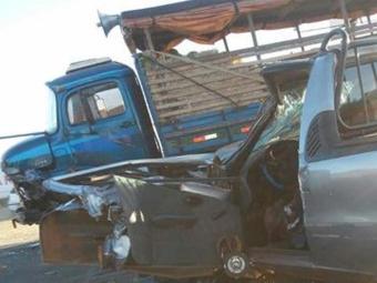 O motorista do Fiat Strada ficou preso nas ferragens e o passageiro teve vários ferimentos - Foto: Reprodução: Blog Braga