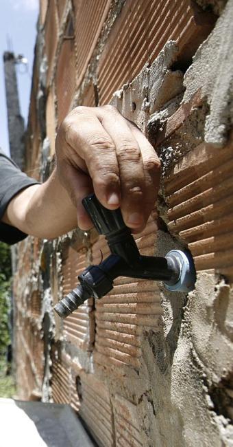 Falta de água prejudica afazeres domésticos e higiene pessoal - Foto: Raul Spinassé | Ag. A TARDE | 30.12.2013